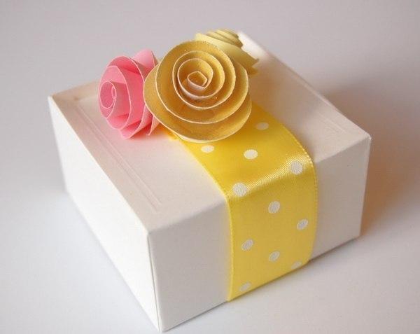мастер класс как сделать цветы своими руками крепим к коробке с подарком mamaclub.ru