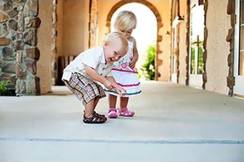 ребенок в сандалях в отеле