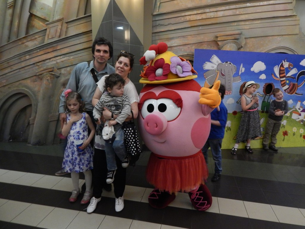 Елена Гариб с семьей на концерте смешарики
