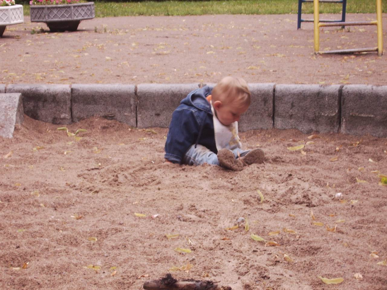 купается в песке