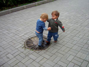 мальчики выясняют отношения